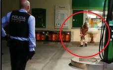 Un hombre se encara a la policía con una motosierra y un machete
