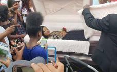 Aparece en su graduación con un coche fúnebre y metida en un ataúd