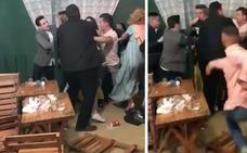 A puñetazos y sillazos: brutal pelea en una caseta de la Feria de Abril
