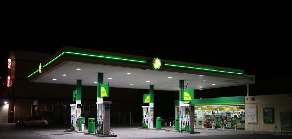 Dos atracadores armados se llevan la caja de una gasolinera y abandonan el coche en la A-44