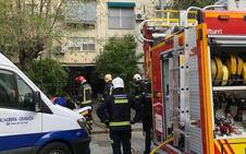 Evacuado un hombre por intoxicación por humo tras un incendio en su vivienda en Granada