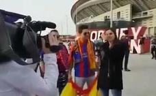 Barça TV obliga a un aficionado a esconder la bandera española: «Que no se vea nada político»