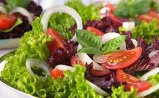 ¿Es bueno cenar ensaladas? Un médico desmiente 7 mitos sobre la lechuga que te han engañado