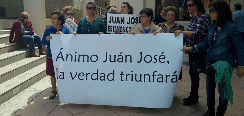 Vecinos de Huétor Santillán se concentran en apoyo del padre de Anabel, la niña asesinada en 1985