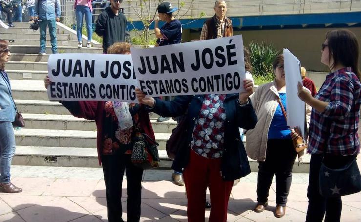 Vecinos de Huétor Santillán se concentran en apoyo del padre de Anabel