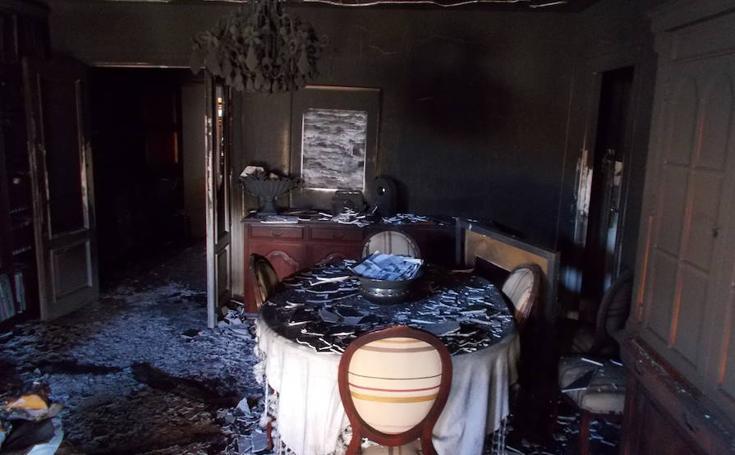 Así ha quedado la vivienda incendiada en la Plaza de San Pedro de Almería