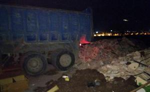 Sorprendido un camionero cuando vertía 20 toneladas de escombros en la Vega de Granada
