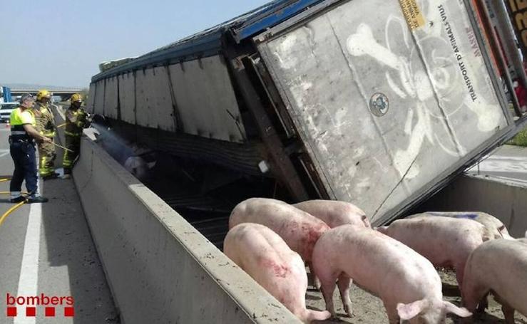 Así ha sido el vuelco de un camión en la autovía C-14