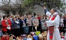El párroco de Lanjarón bendice millares de roscas en la víspera de la festividad de San Marcos
