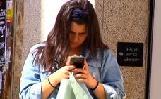 Médicos advierten del síndrome del cuello roto: la nueva enfermedad que te provoca el móvil