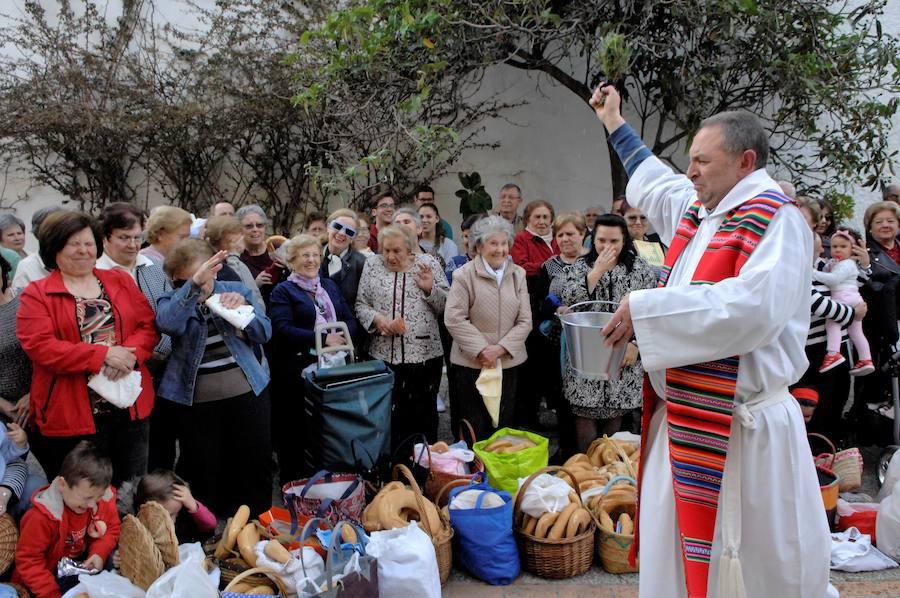 El sacerdote de Lanjarón bendice miles de roscas en la víspera de San Marcos