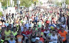 Los más de tres mil granadinos participantes de la Media Maratón ya recorren Granada