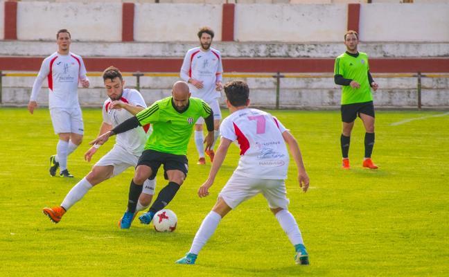 El Martos encaja tres goles frente al Vélez y encadena seis derrota seguidas