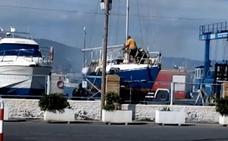 Arde un velero de 11 metros en el puerto de Roquetas de Mar