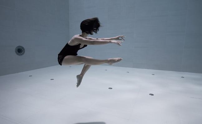 El baile que deja sin respiración: a 12 metros de profundidad y sin oxígeno