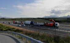 Reabierta la A-44 tras permanecer nueve horas cortada por el accidente mortal entre dos camiones
