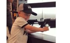 La asombrosa habilidad de un niño de 4 años con un rifle revoluciona la Red