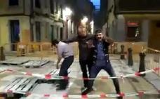 El surrealista vídeo de tres amigos y una alcantarilla en Gijón que arrasa en toda España