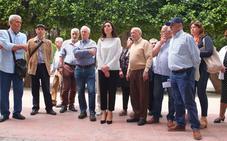 Gafas de sol y pamelas para protestar contra la eliminación de los árboles de Plaza Vieja