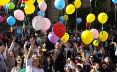 Lanzamiento de besos y globos para celebrar el Día del niño hospitalizado