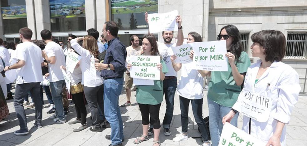Un centenar de médicos residentes de Granada se ponen en huelga y exigen al SAS que contrate adjuntos para supervisar sus guardias