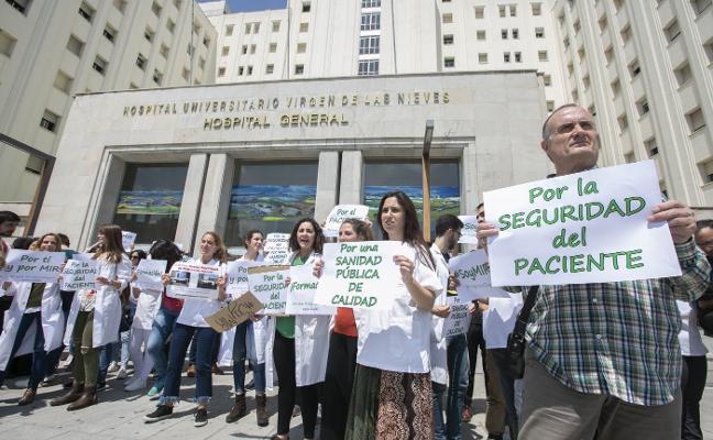 Los MIR inician la huelga indefinida en urgencias para pedir más médicos