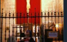 Polémica por la foto de una chica enseñando los pechos en la Catedral de Jaén