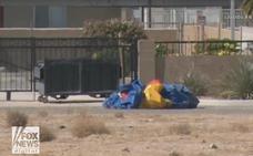 Una casa hinchable con un niño dentro vuela y choca contra un coche en la autopista