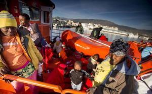 Llegan a puerto las 45 personas rescatadas de una patera a 27 millas de la isla de Alborán