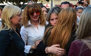 Más de 300 personas lloran a María del Mar en la plaza del Carmen