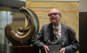 El escritor Pere Gimferrer defiende la supervivencia del «idioma poético» en la entrega del Premio Lorca