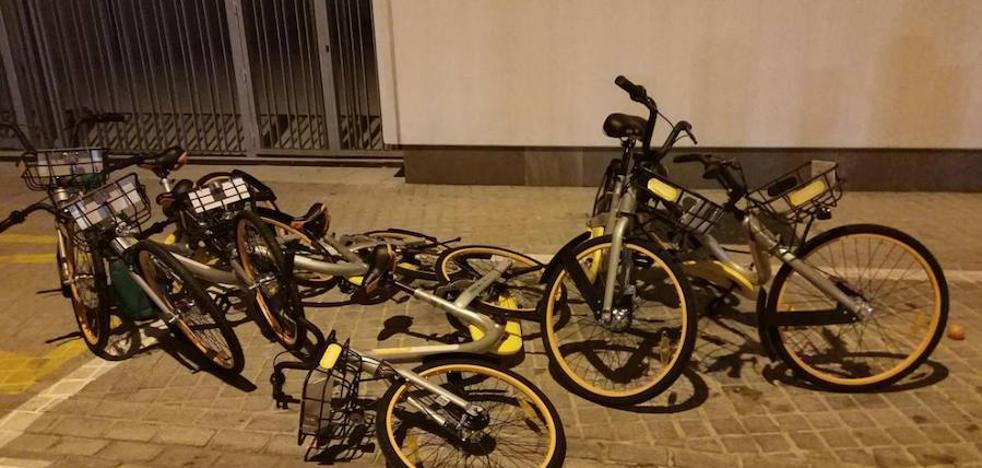 El responsable de una empresa de bicis amarillas retiene a tres niños por sabotearlas