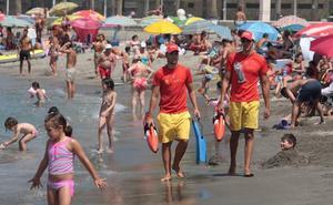Los socorristas irán este año de amarillo para no confundirse con los aficionados de 'La Roja'