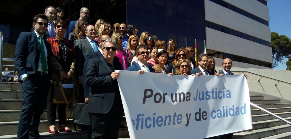 Una treintena de jueces y fiscales de Granada secundan una nueva concentración para exigir mejoras en la justicia