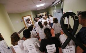 Rebelión de los profesionales en los pasillos del Hospital de Motril: «Queremos soluciones ya»