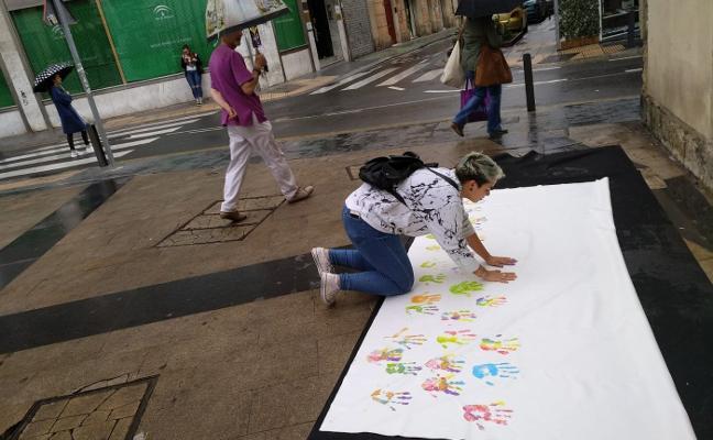 Manos de arco iris para decir 'no' al odio contra el colectivo LGTBI