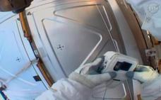 Un astronauta de la NASA la pifia en un paseo espacial al olvidar la tarjeta SD para grabar