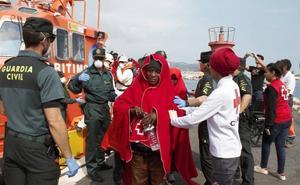 Trasladan a Motril a medio centenar de inmigrantes, cinco de ellos menores