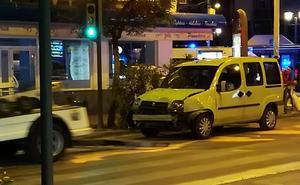 Un taxi y un turismo chocan en Camino de Ronda de madrugada