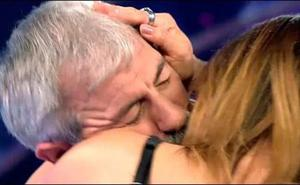 El 'besazo' de Carlos Sobera e Ivonne Reyes que deja a todos 'helados'