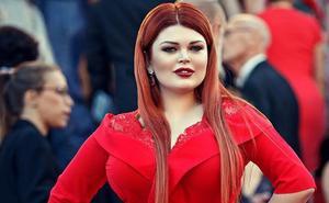 Una famosa modelo 'pierde' la falda en plena alfombra roja de Cannes