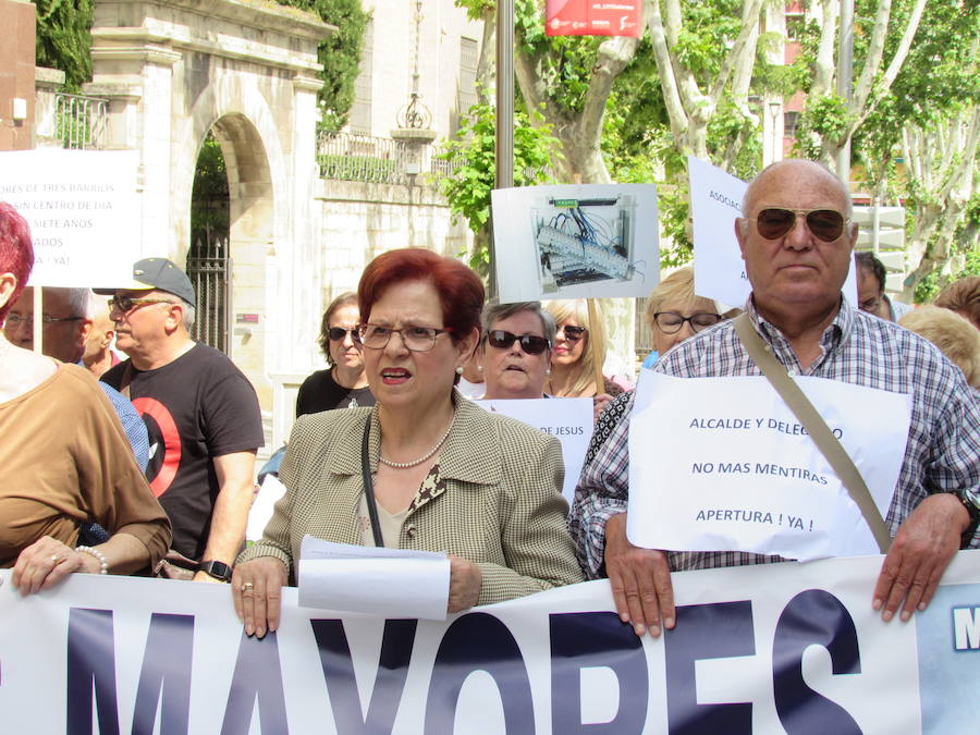 Jaén exige en la calle que abra el centro de mayores de Santa Isabel