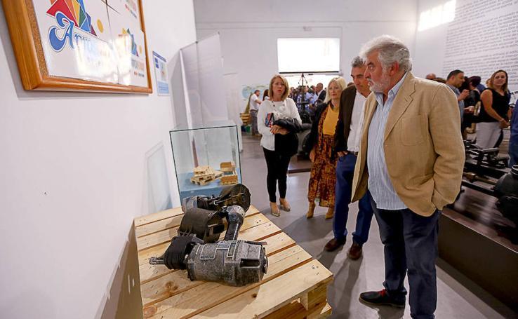 La exposición del 55 aniversario de Torraspapel muestra una parte de la historia de Motril