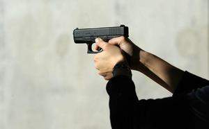 Dispara hasta diez veces a los pies de un «enemigo» al que ahora tendrá que indemnizar