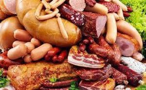 Los 6 alimentos que nunca debes tomar antes de dormir, según un famoso nutricionista