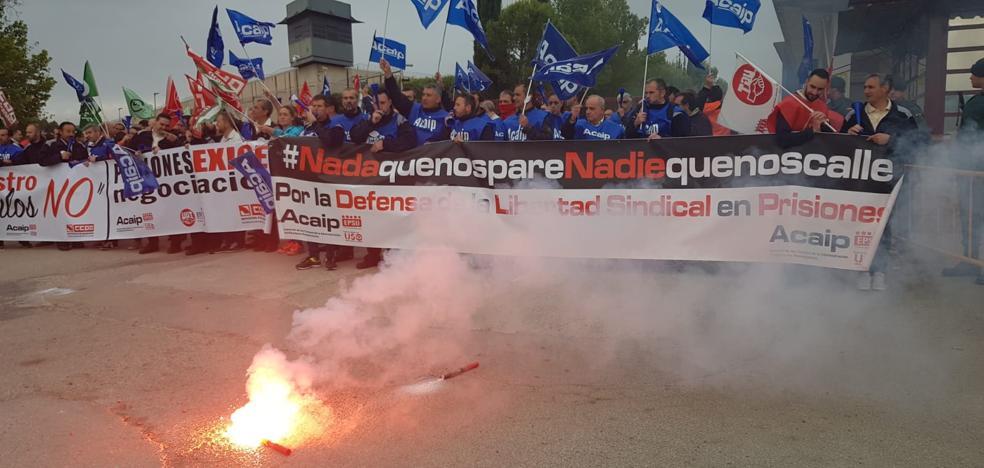 La protesta de los funcionarios de prisiones en Jaén corta la nacional N-323a a la altura de la cárcel