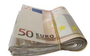 Dos estudiantes encuentran 6.000 euros en la calle y los devuelven a su dueño