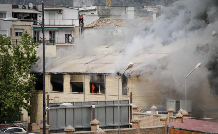 Las imágenes del incendio en las antiguas cocheras de Rober