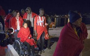 Llegan a Motril los 40 inmigrantes rescatados de una patera en Mar de Alborán