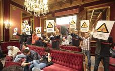 Los bomberos de Granada ensordecen el pleno para pedir más efectivos